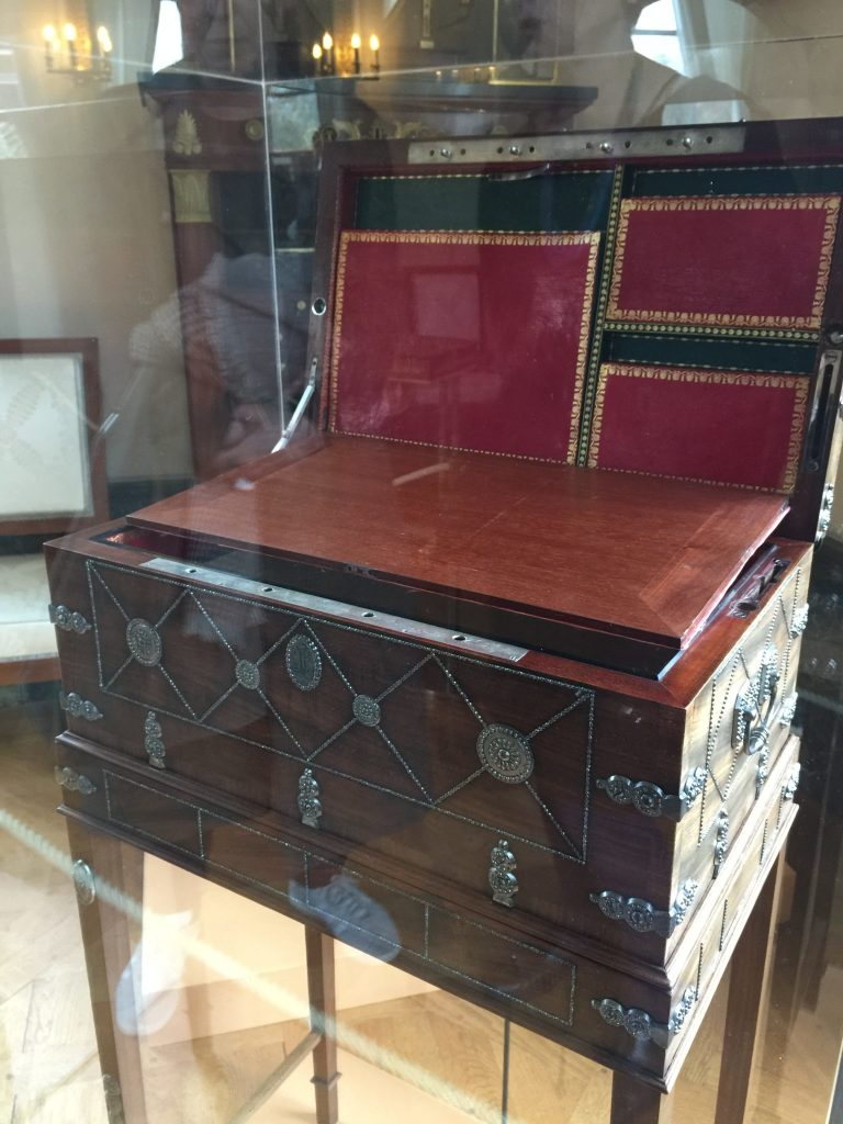 Vue de l'exposition Meubles à Secrets secrets de meubles - Château La Malmaison (30)