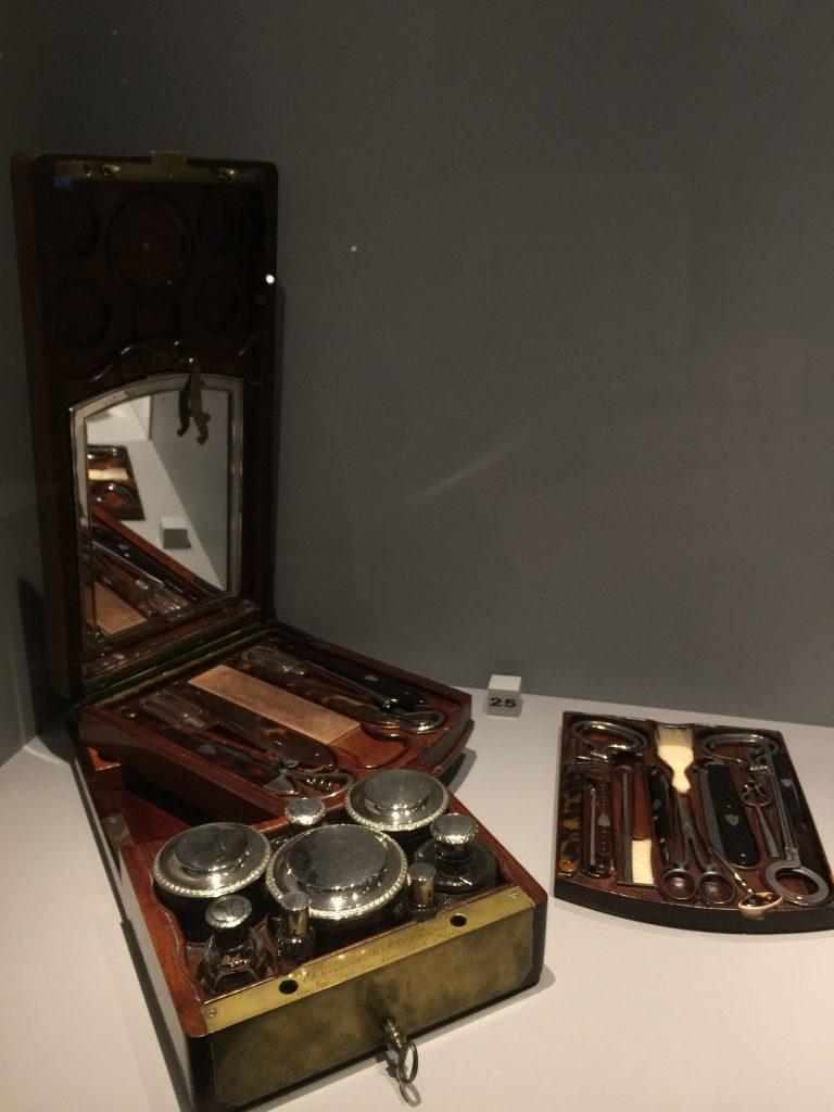 Vue de l'exposition Meubles à Secrets secrets de meubles - Château La Malmaison (34)