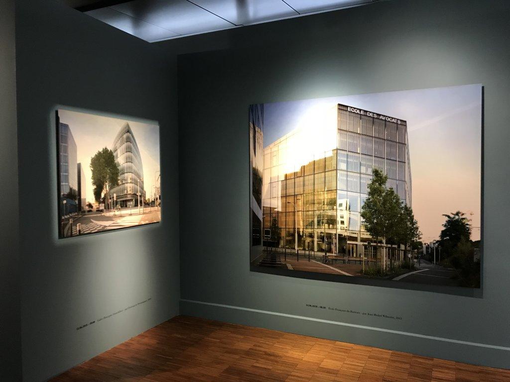 Vue de l'exposition Paysages d'architecture, une promenade à Issy par Raymond Depardon - Musée français de la Carte à Jouer (11)
