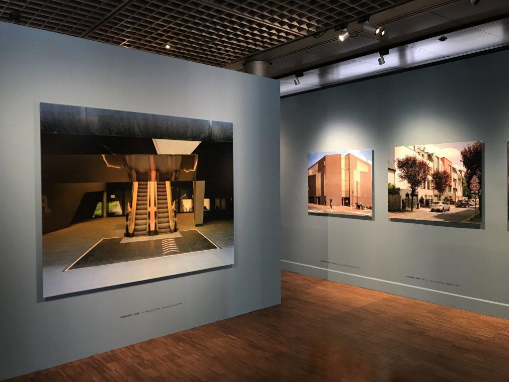 Vue de l'exposition Paysages d'architecture, une promenade à Issy par Raymond Depardon - Musée français de la Carte à Jouer (21)