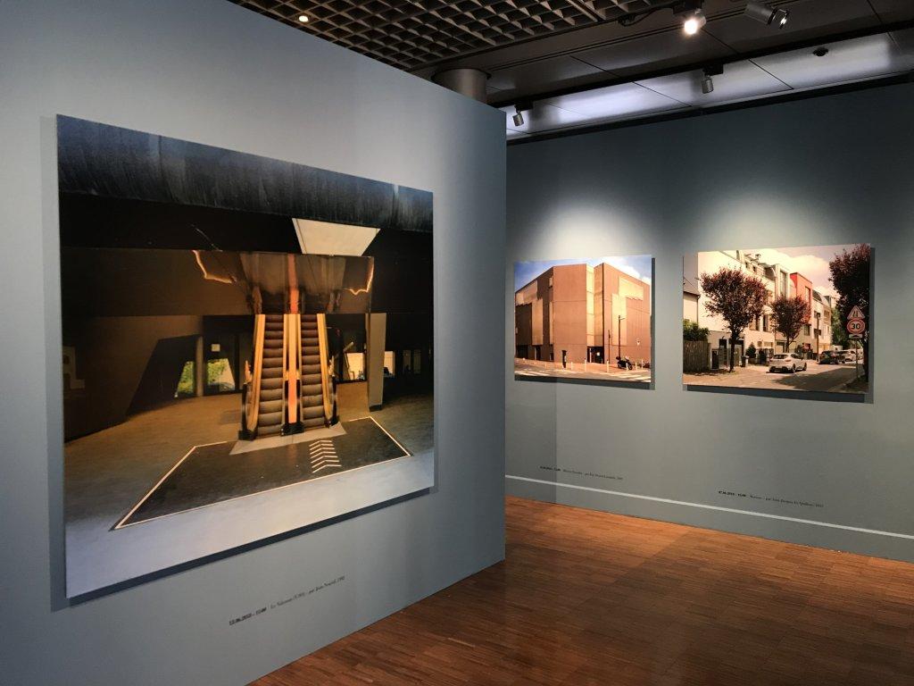 Vue de l'exposition Paysages d'architecture, une promenade à Issy par Raymond Depardon - Musée français de la Carte à Jouer (22)