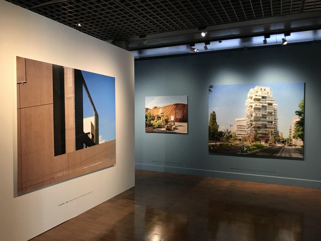Vue de l'exposition Paysages d'architecture, une promenade à Issy par Raymond Depardon - Musée français de la Carte à Jouer (25)