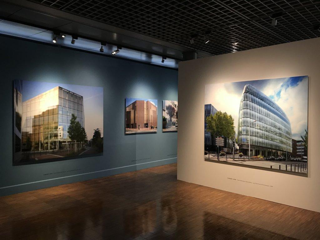 Vue de l'exposition Paysages d'architecture, une promenade à Issy par Raymond Depardon - Musée français de la Carte à Jouer (26)