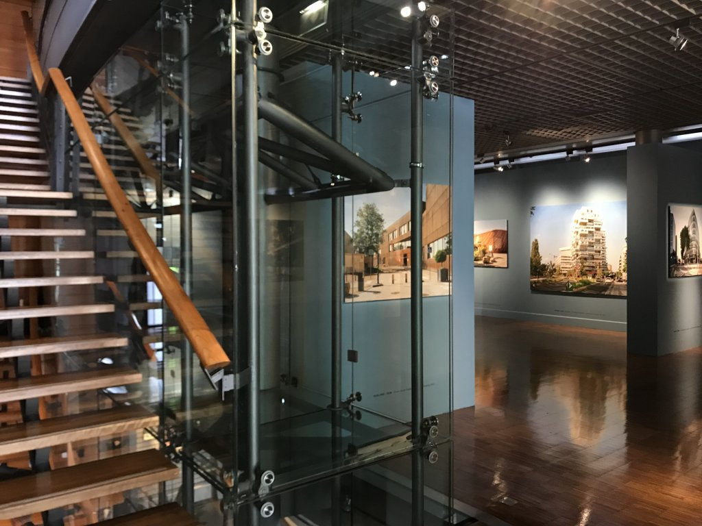Vue de l'exposition Paysages d'architecture, une promenade à Issy par Raymond Depardon - Musée français de la Carte à Jouer (28)