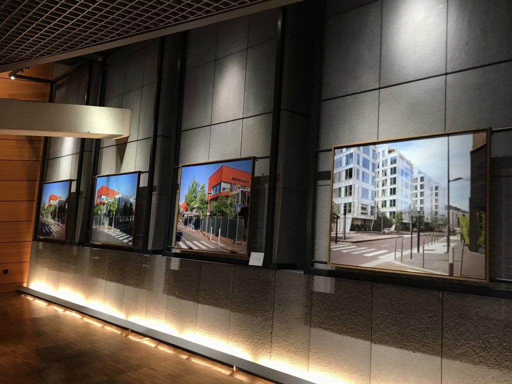 Vue de l'exposition Paysages d'architecture, une promenade à Issy par Raymond Depardon - Musée français de la Carte à Jouer (29)