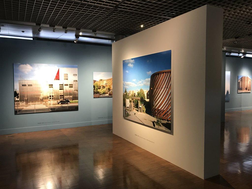 Vue de l'exposition Paysages d'architecture, une promenade à Issy par Raymond Depardon - Musée français de la Carte à Jouer (7)
