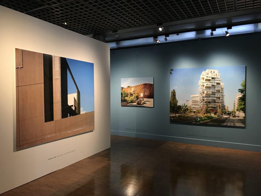 Vue de l'exposition Paysages d'architecture, une promenade à Issy par Raymond Depardon - Musée français de la Carte à Jouer (8)