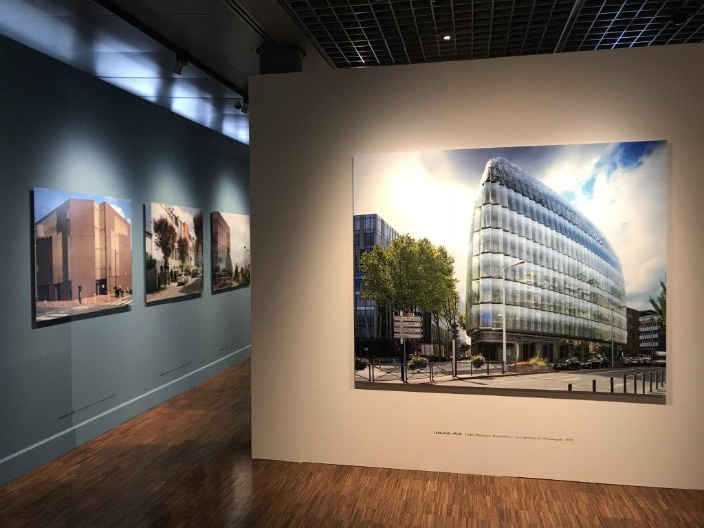 Vue de l'exposition Paysages d'architecture, une promenade à Issy par Raymond Depardon - Musée français de la Carte à Jouer (9)