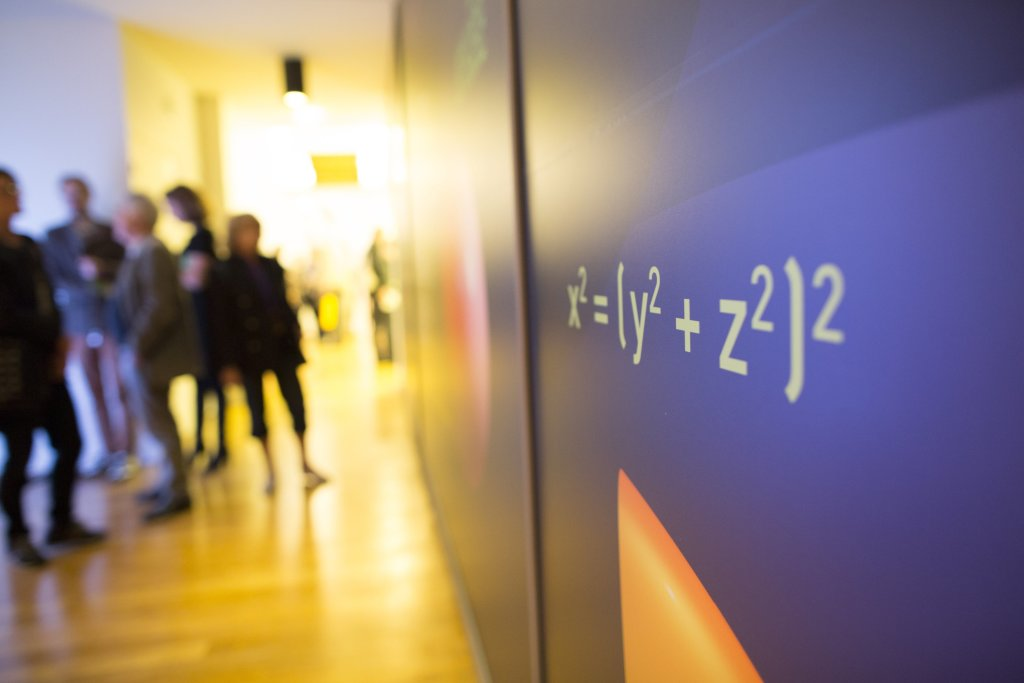 Vue de l'exposition Sous la surface, les maths au musée des Arts et Métiers