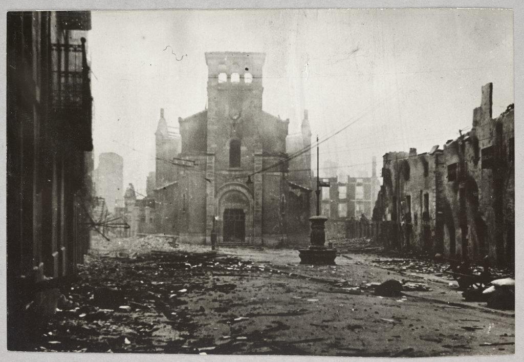 Anonyme, La ville de Guernica en ruines après le bombardement du 26 avril 1937, Paris