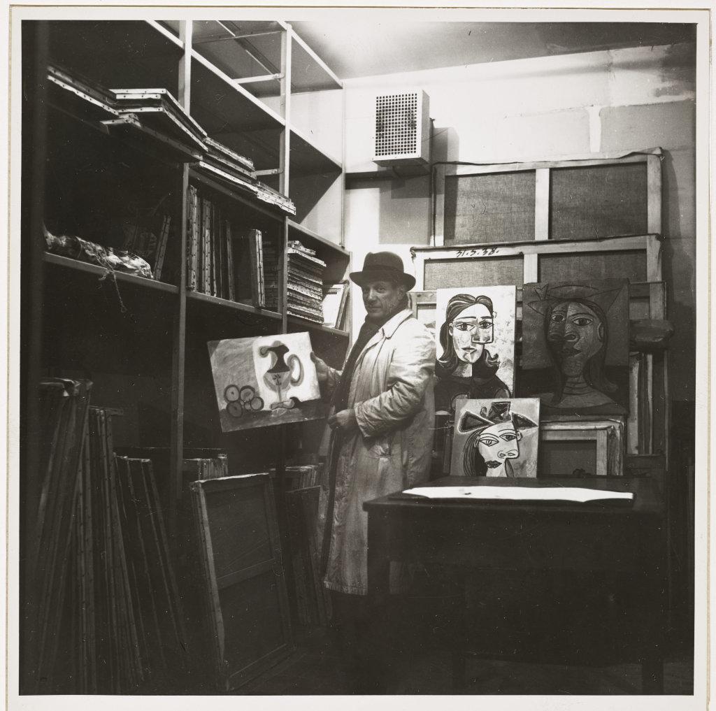 Dora Maar (Henriette Théodora Markovitch) (attribué à) (1907-1997), Pablo Picasso dans la chambre forte de la Banque nationale pour le commerce et l'industrie