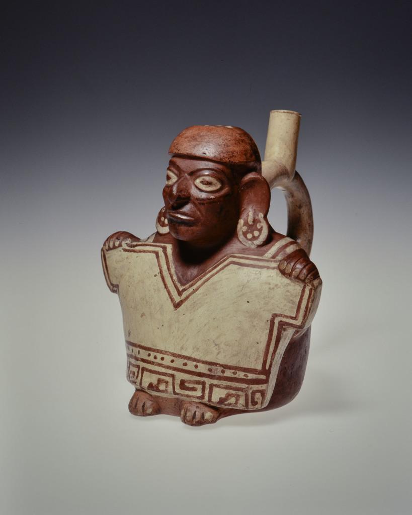 Vase représentant un personnage montrant une chemise d'homme Pérou – Côte Nord Culture Mochica Intermédiaire ancien 100 –600 ap. J.-C.