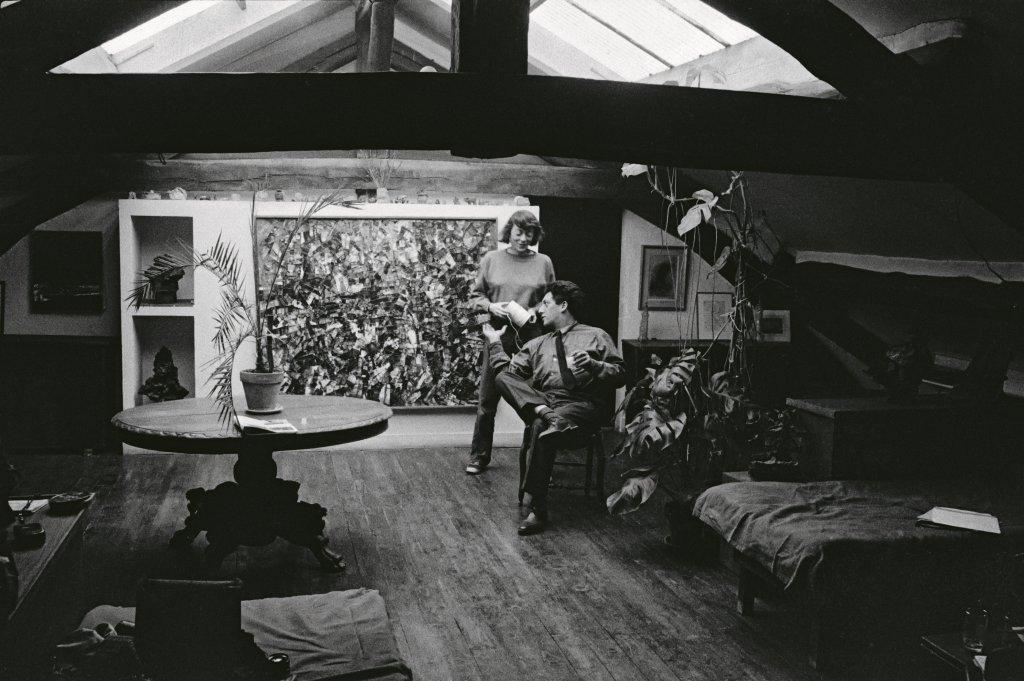 Mitchell et Riopelle dans le séjour de l'atelier-appartement de la rie Frémicourt, Paris , 1963. Photo Heidi Meister