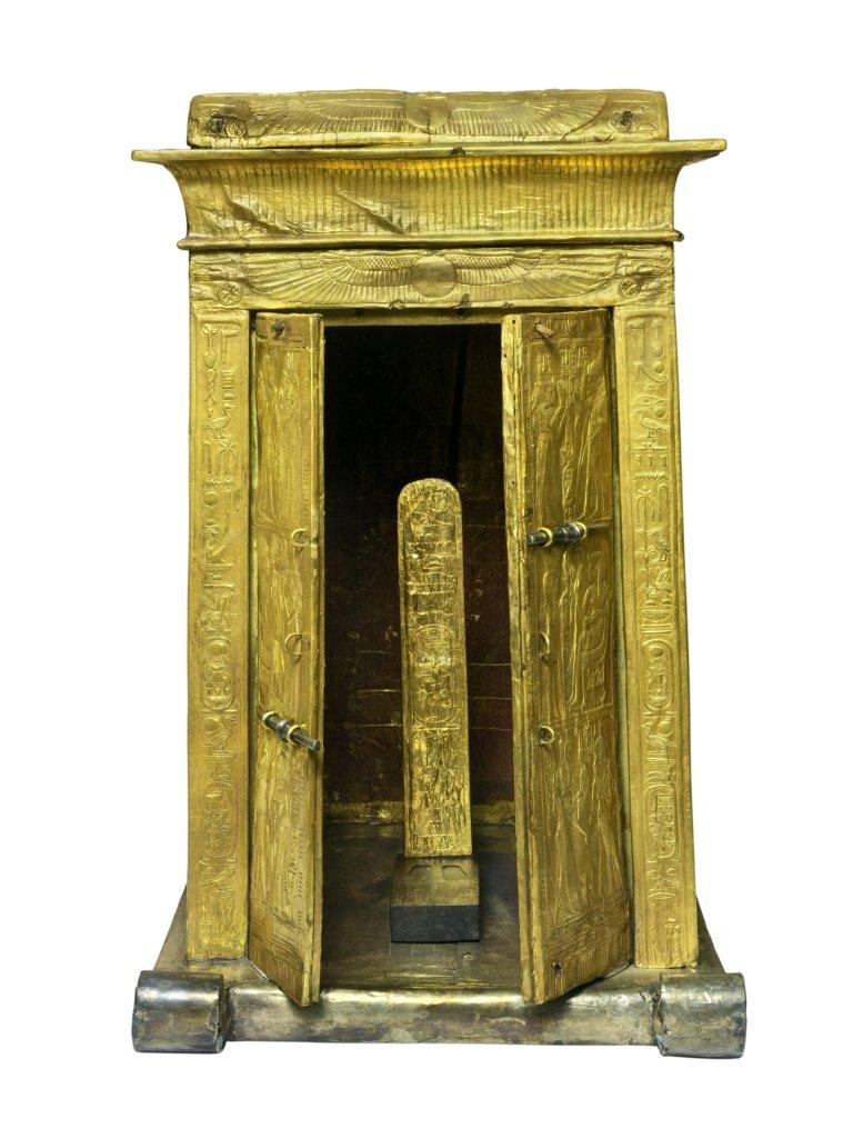Naos en bois doré présentant des scènes de Toutankhamon et Ankhésenamon