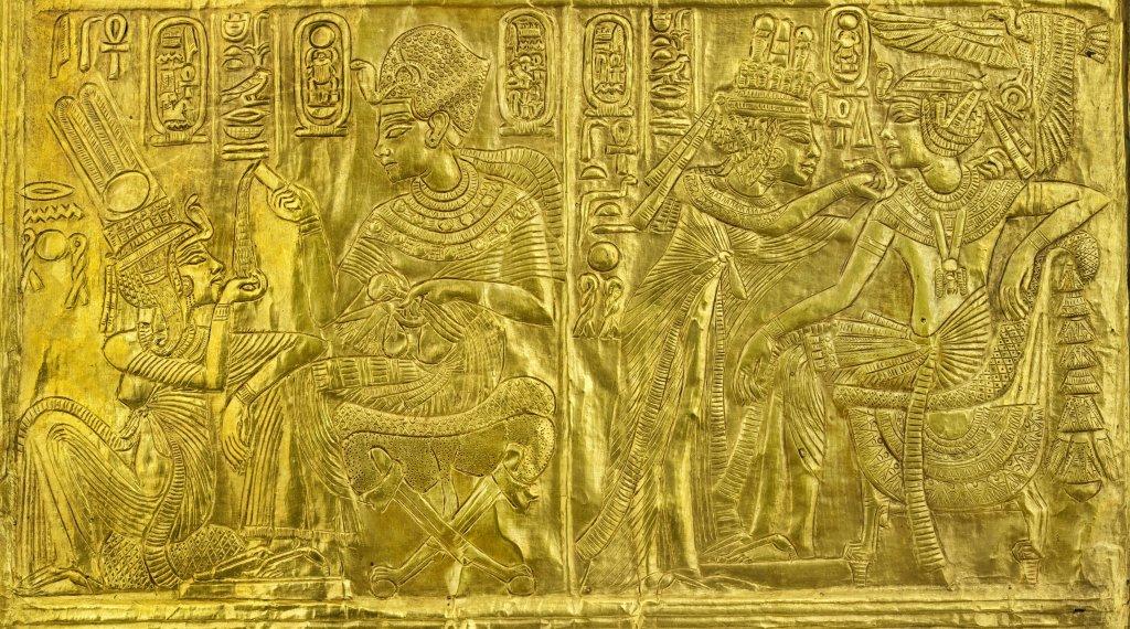 Naos en bois doré présentant des scènes de Toutankhamon et Ankhésenamon (détail)