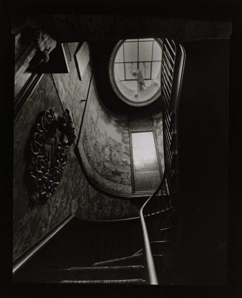 Hauteville, l'escalier, le mardi 12 mars 1998 entre 13h et 14h. Photographie d'Olivier Mériel (né en 1955). Paris, Maison de Victor Hugo.