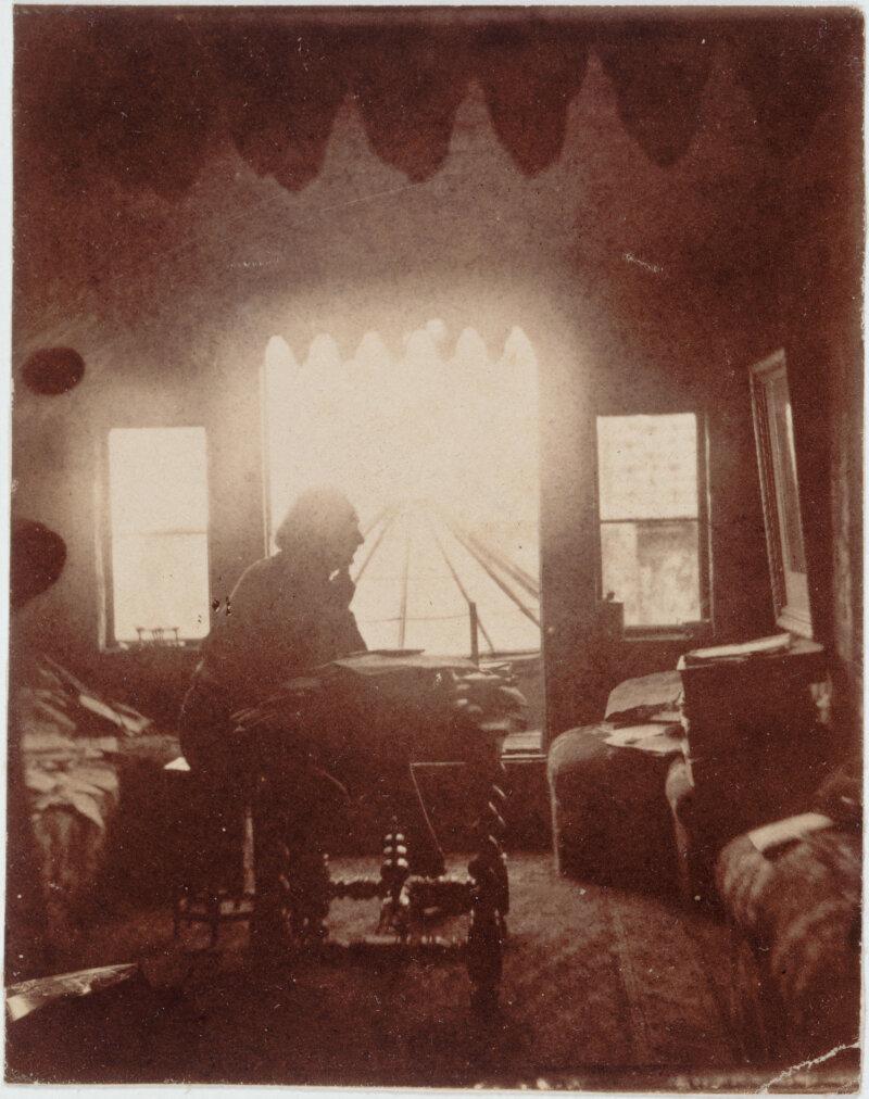 Victor Hugo dans son cabinet de travail à Hauteville House avant la création du look out. 1855. Epreuve sur papier salé. Paris, Maisons de Victor Hugo.