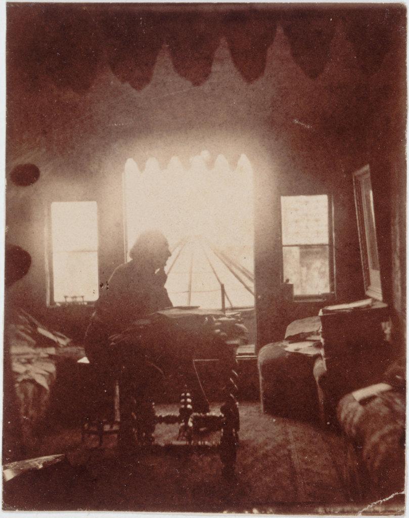 Victor Hugo dans son cabinet de travail à Hauteville House avant la création du look out