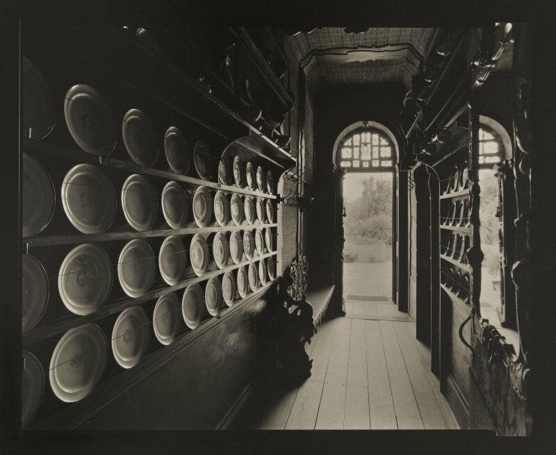 Le couloir aux faiences, mardi 10 février 1998, 11h30. 1998. Photographie d'Olivier Mériel (né en 1955). Paris, Maison de Victor Hugo.