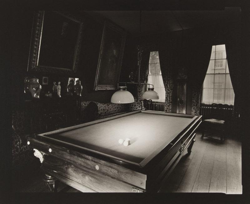 Le billard, Hauteville house. Mardi 10 février 1998, 10h. Photographie de Olivier Mériel (né en 1955). Paris, Maison de Victor Hugo.