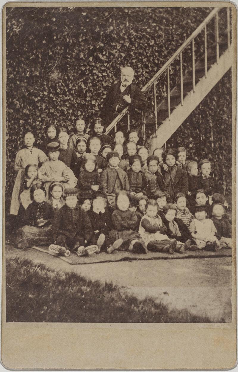 Victor Hugo et les enfants pauvres à Hauteville House. Papier albuminé. Photographie d'Arsène Garnier (1822-1900), 1868. Paris, Maison de Victor Hugo.