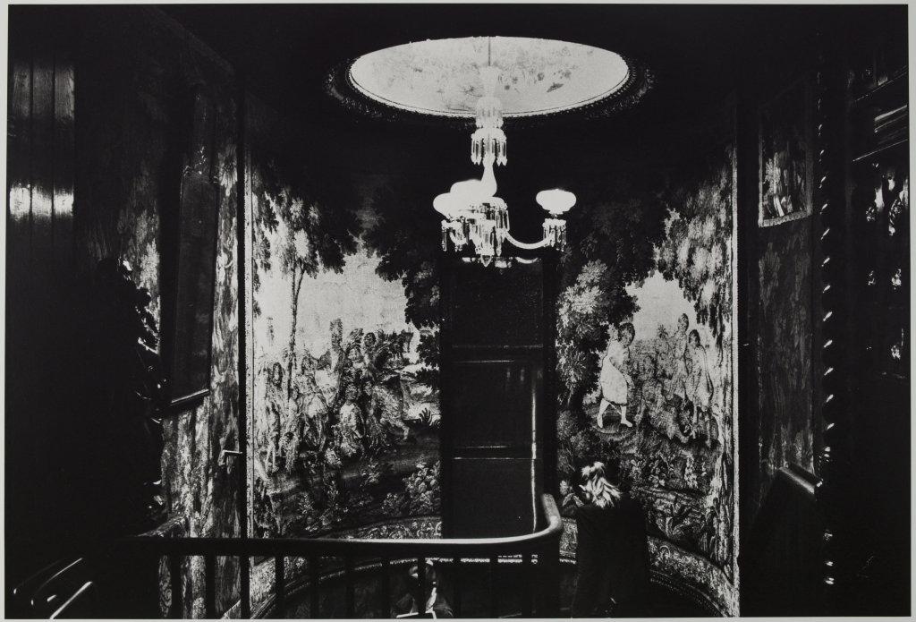 Hauteville House, Guernesey, L'escalier depuis le palier de la galerie de chêne
