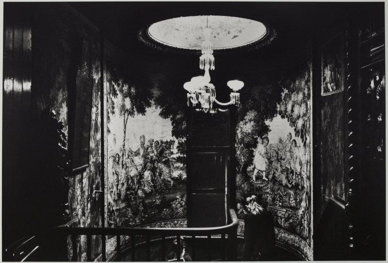 Hauteville House, Guernesey, L'escalier depuis le palier de la galerie de chêne. Tirage gélatino-argentique développé. Photographie de Klavdij Sluban (né en 1963), 2013. Paris, Maison de Victor Hugo.