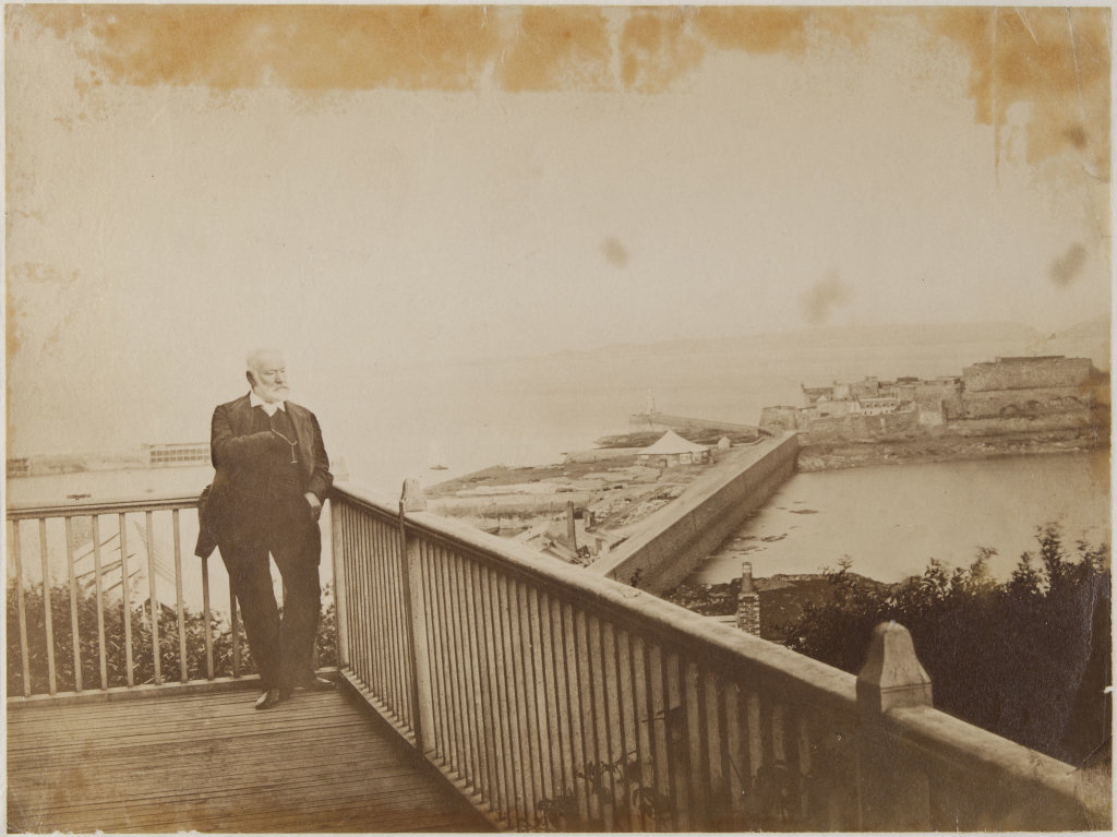 Victor Hugo sur le balcon de Hauteville House