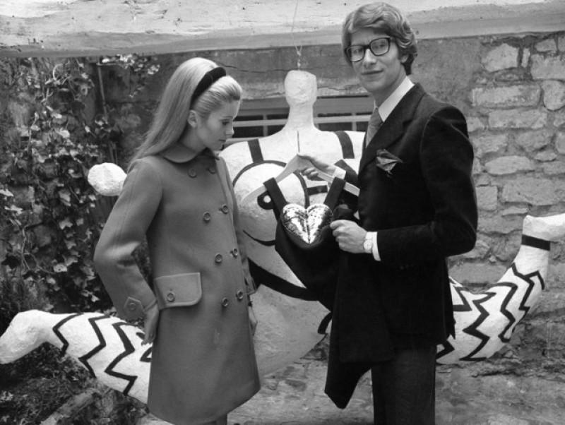 26 septembre 1966 : Yves Saint Laurent montre à Catherine Deneuve une robe de sa nouvelle collection.
