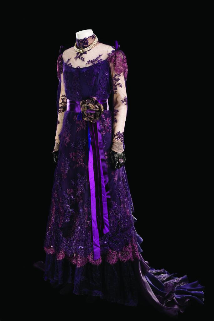 Costume de Jo van Schuppen porté par Leslie Caron pour le rôle de Madame Armfeldt dans A Little Night Music. Comédie musicale mise en scène par Lee Blakeley, Théâtre du Châtelet, Paris, 2010