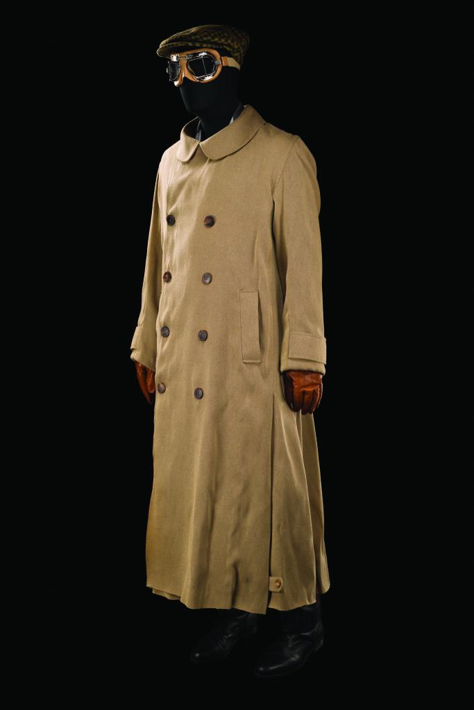 Costume de Jo van Schuppen porté par Lambert Wilson pour le rôle de Fredrik Egerman dans A Little Night Music. Comédie musicale mise en scène par Lee Blakeley, Théâtre du Châtelet, Paris, 2010.