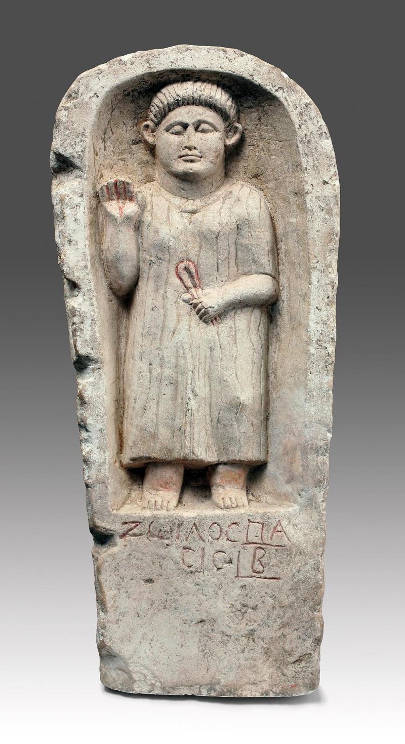 BA7 PeigneBoisH.23 cm, l.7 cmÉgypte,6e-8esiècleCollection privéeBA8 Fragment d'une frise végétale.CalcaireL. 90 cm; l. 35 cmÉgypte, peut-être Baouît, 5esiècle  Bruxelles, Musées royaux d'Art et d'Histoire E1 Mascotte Zoïlos Création pour le Musée royal de Mariemont, à partir d'une stèle dans la collection du MuséeTania Sanchez FortunE2 Stèle de ZoïlosCalcaireH. 83 cm; l. 36 cm Égypte, Behnasa, milieu du 3esiècle  Morlanwelz, Musée royal de Mariemont