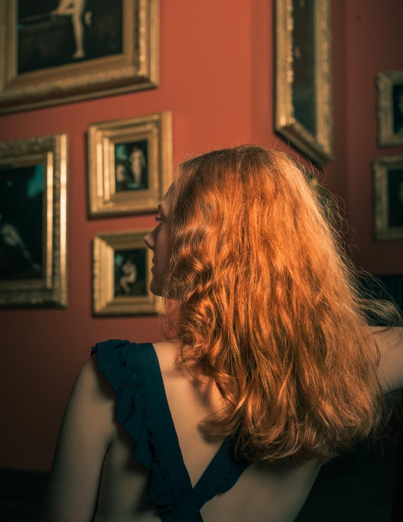 Jeune femme à la chevelure rousse
