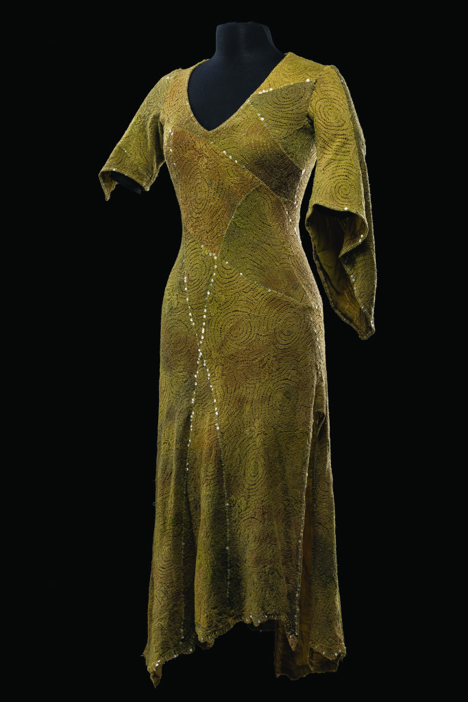 Costume inspiré du travail de Fred Sathal pour la production originale de 1998, pour le rôle d'Esmeralda dans Notre-Dame de Paris. Comédie musicale mise en scène par Gilles Maheu, production coréenne, 2015.