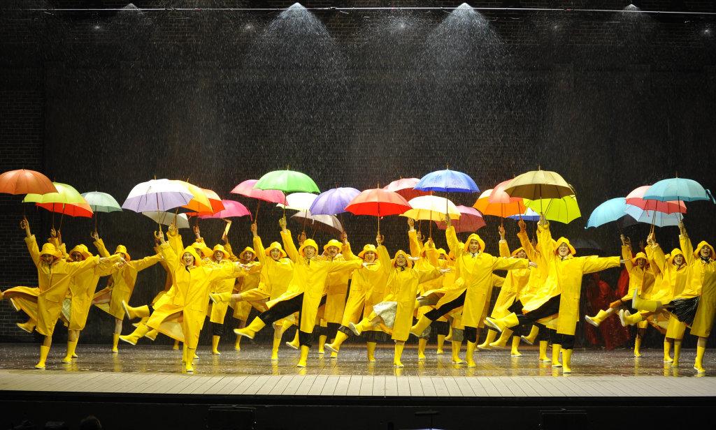 Singin'in the Rain, comédie musicale mise en scène par Robert Carsen, costumes d'Anthony Powell, Théâtre du Châtelet, Paris, 2015 – 2017