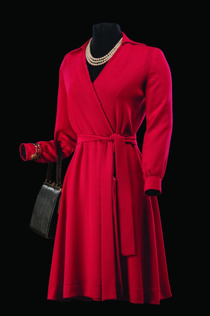 Costume de Vanessa Seward porté par Nathalie Dessay pour le rôle de Madame Emery dans Les Parapluies de cherbourg. Comédie musicale mise en scène par Vincent Vittoz, décors de Jean-Jacques Sempé et Vincent Vittoz. Théâtre du Châtelet, Paris, 2014.